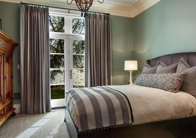 шторы к голубым обоям в гостиную