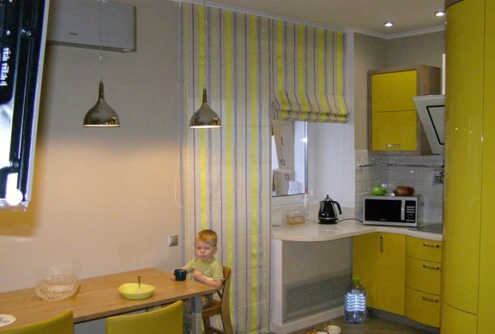 Шторы на кухню с балконом (49 фото): занавески на окно, какие повесить на балкон, совмещенный с кухней