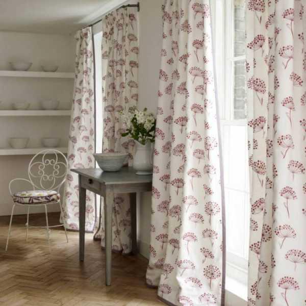 узкое окно на кухне шторы фото