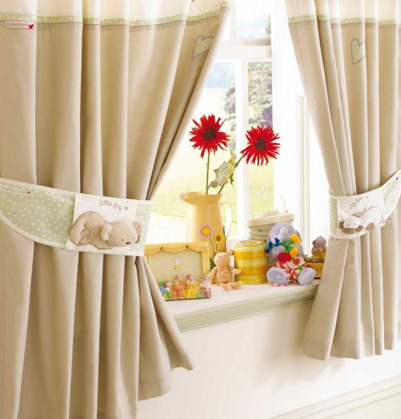 Как оформить окно на кухне шторами и занавесками