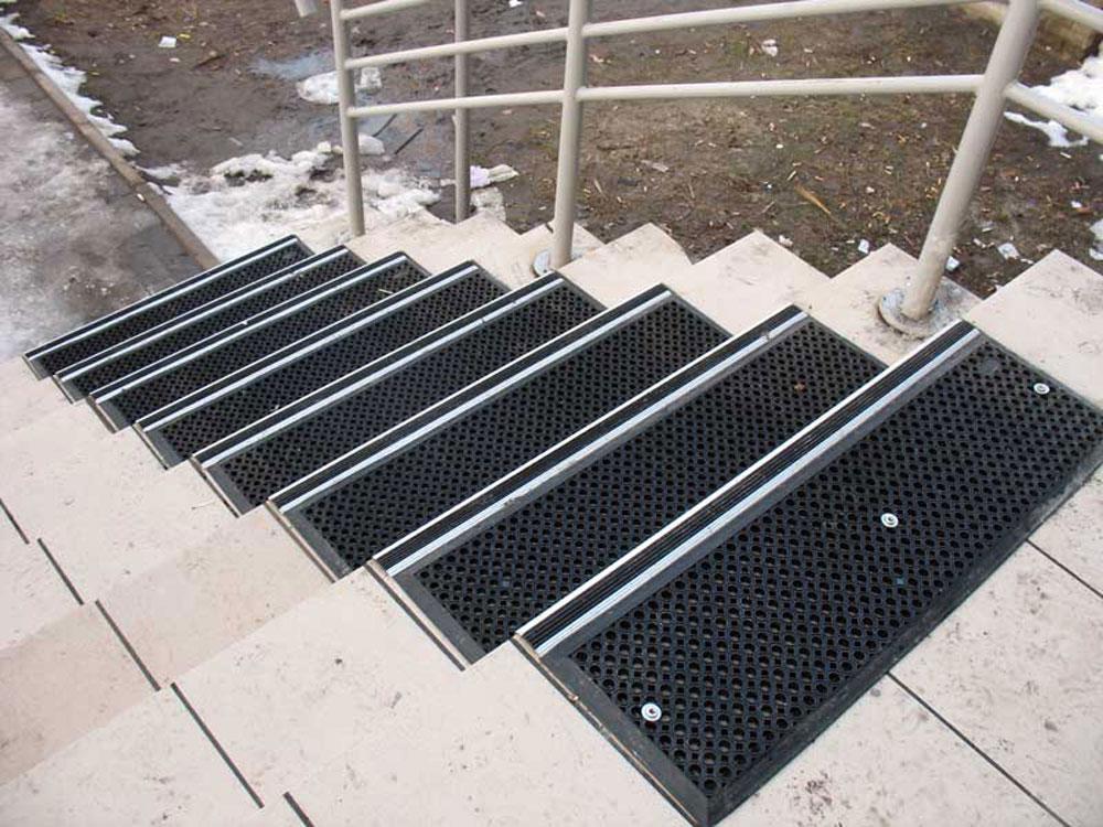 Коврики для лестницы: ковровые накладки и дорожки на липучках для лестничных ступеней, ковродержатели для лестниц