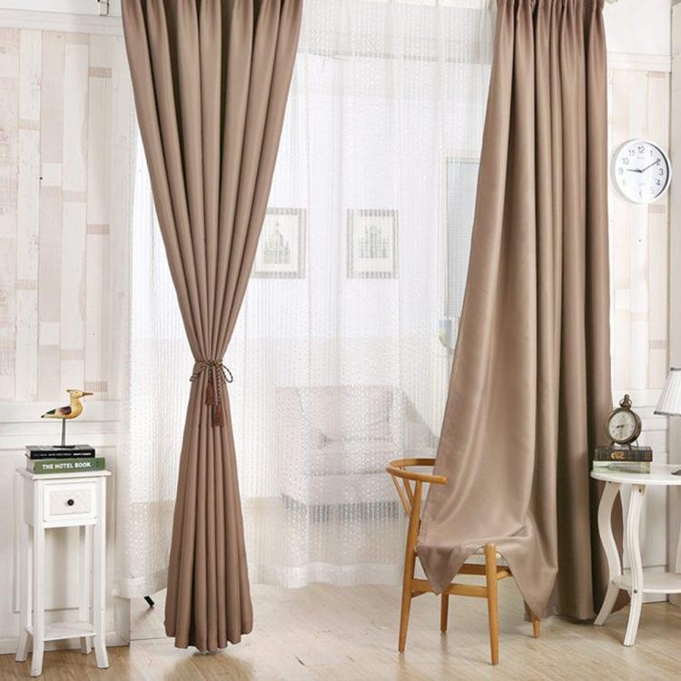 Подбираем шторы к коричневым обоям