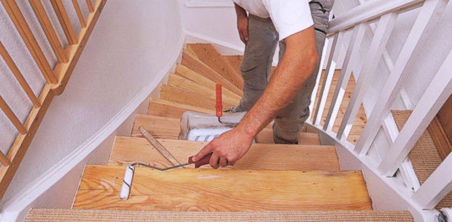 Покраска лестницы (51 фото): чем покрасить деревянную конструкцию на второй этаж, окраска своими руками ступеней из дерева, как выбрать лак и краску для металлической и бетонной лестницы