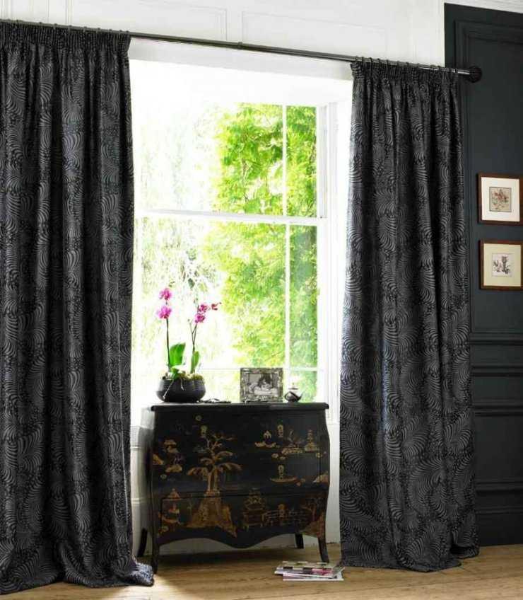 Серые шторы в спальне (63 фото): интерьер с сине-серыми и светло-серыми занавесками, дизайн с темно-серыми и серо-коричневыми шторами, другие варианты