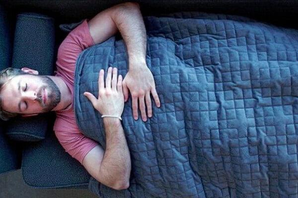 Утяжеленное одеяло — какую пользу для сна приносит