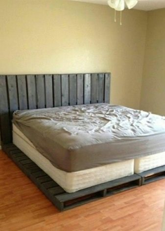 кровать из паллетов фото