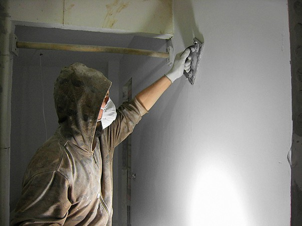 Как правильно шкурить шпаклевку на стенах под покраску
