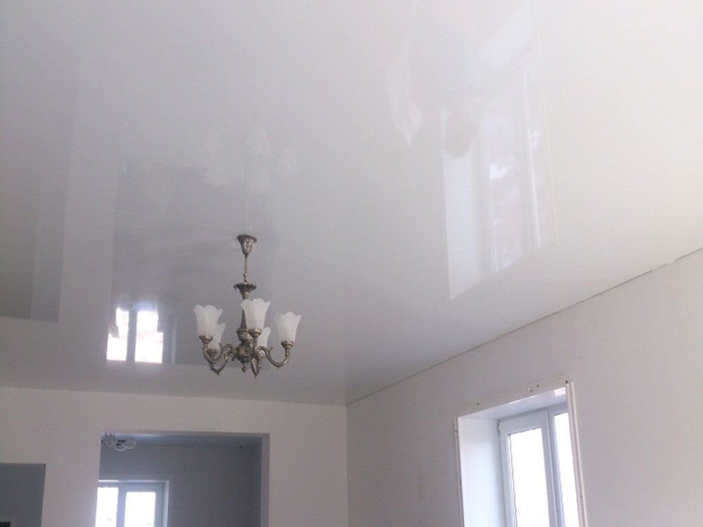 Какие точечные светильники лучше для натяжного потолка: виды лампочек и советы по выбору