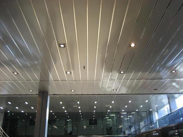 Что собой представляют и из чего собираются реечные деревянные потолки?