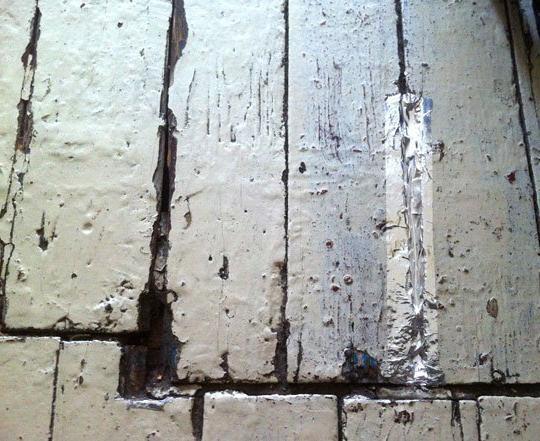 чем замазать щели в полу