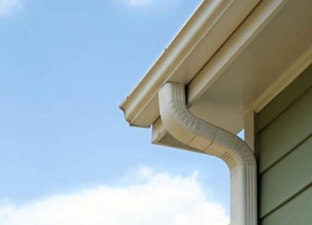 Как установить сливы на крышу своими руками?