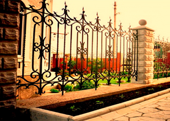 Кованые заборы: 50 фото лучших решений для загородного участка