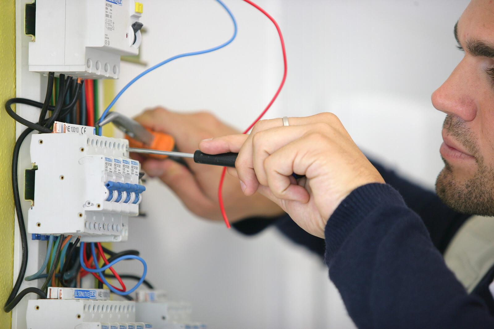 Замена пробок на автоматические выключатели в старом щитке — как грамотно сделать своими руками