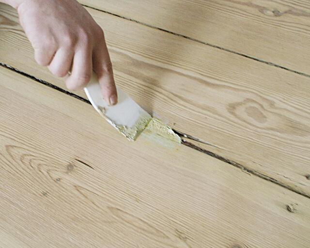 чем можно заделать щели в деревянном полу