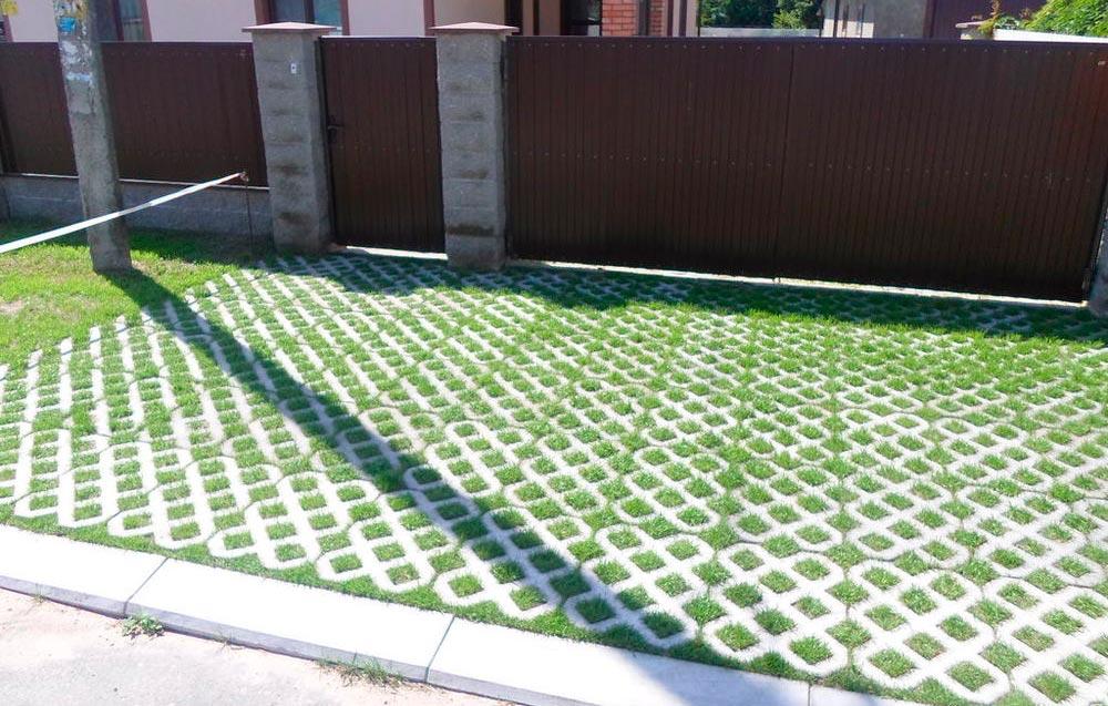 Газонные решетки (35 фото): пластиковые решетки для дорожек на даче, варианты укладки на газоне вместе с тротуарной плиткой. для чего нужна?
