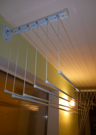 """Потолочная сушилка на балкон для белья (33 фото): """"лиана"""" электрическая бельевая, её длина, как установить своими руками, виды и отзывы"""