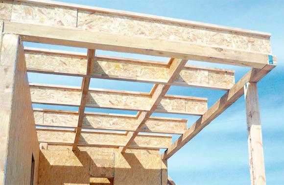 Обзор характеристик и применение двутавровых деревянных балок в строительстве домов