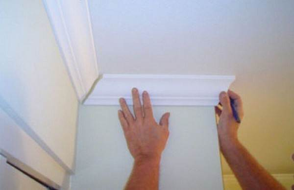 Как клеить потолочный плинтус для натяжного потолка - тонкости и нюансы
