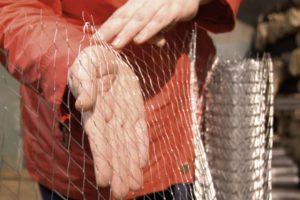 Сетка для штукатурки стен: когда применяется армирование металлической, пластиковой или стеклопластиковой сеткой, какая нужна под фасад, обои или на оштукатуренные стены