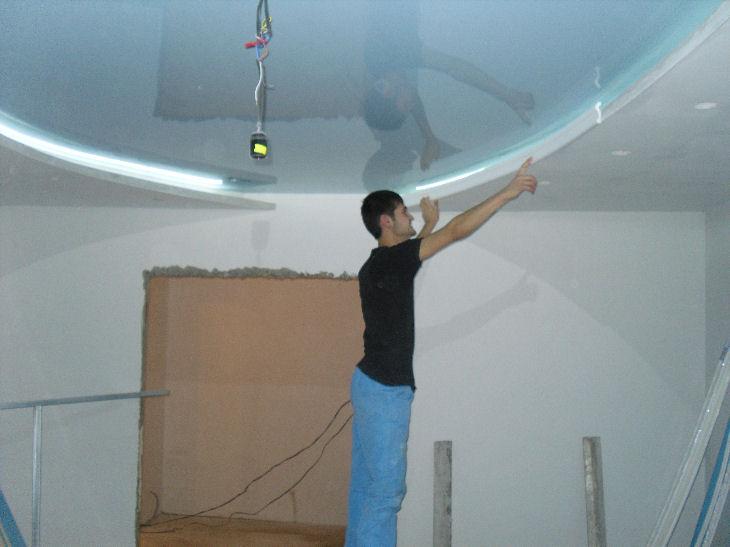 Можно ли сделать натяжной потолок без плинтуса?