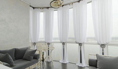 шторы в коридоре частного дома