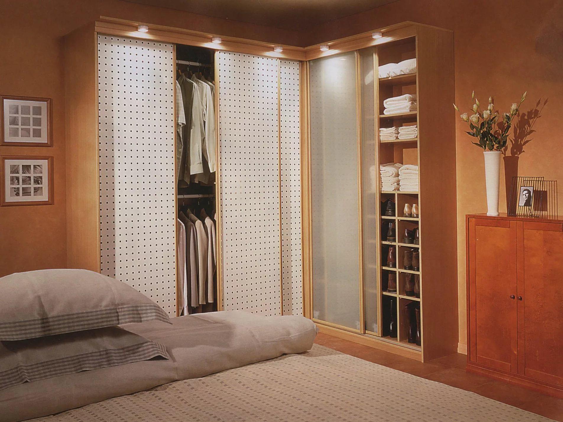 Шкаф для маленькой спальни (37 фото): идеи компактных и вместительных вариантов для небольшой комнаты