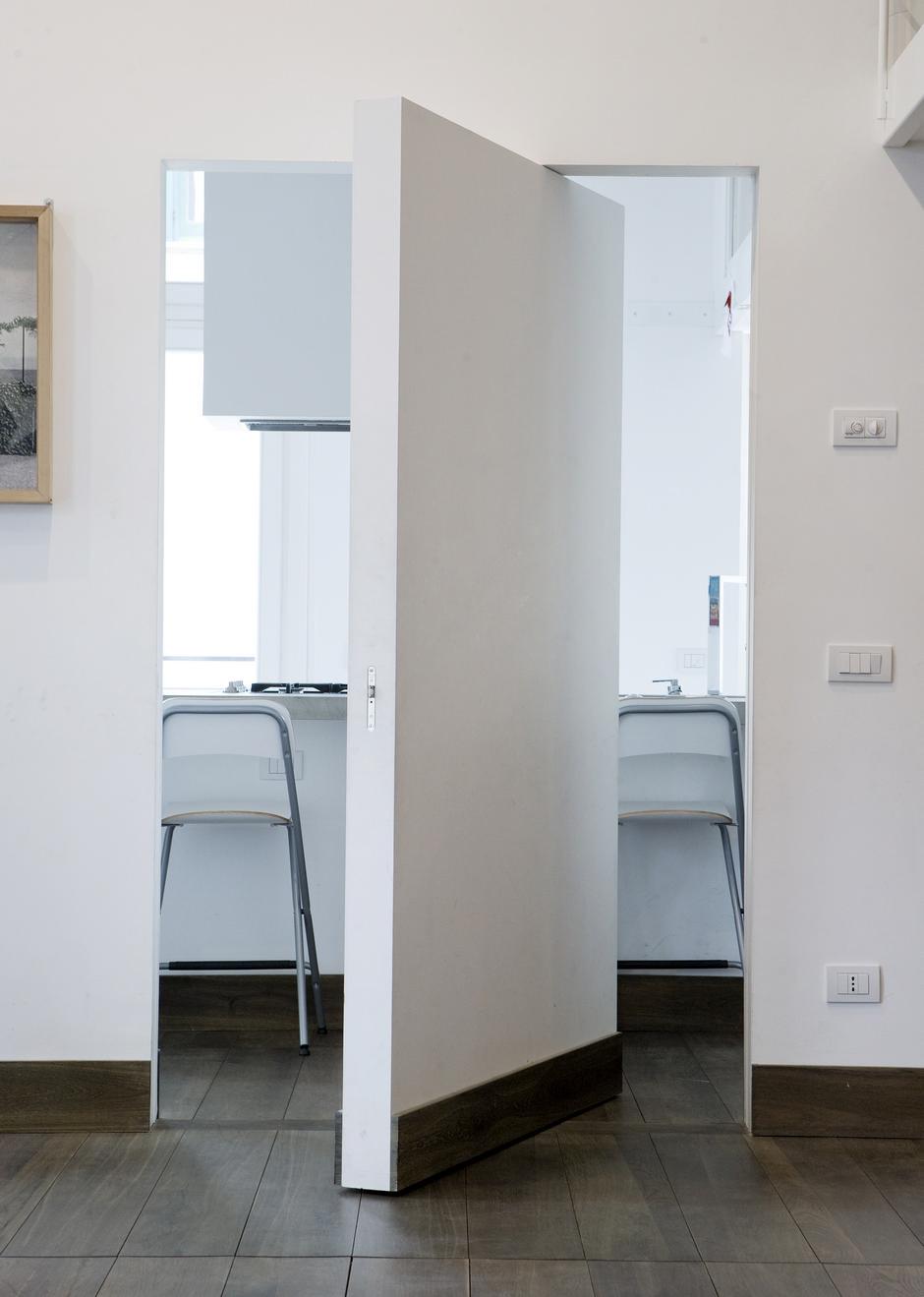 Как замаскировать дверь в интерьере?