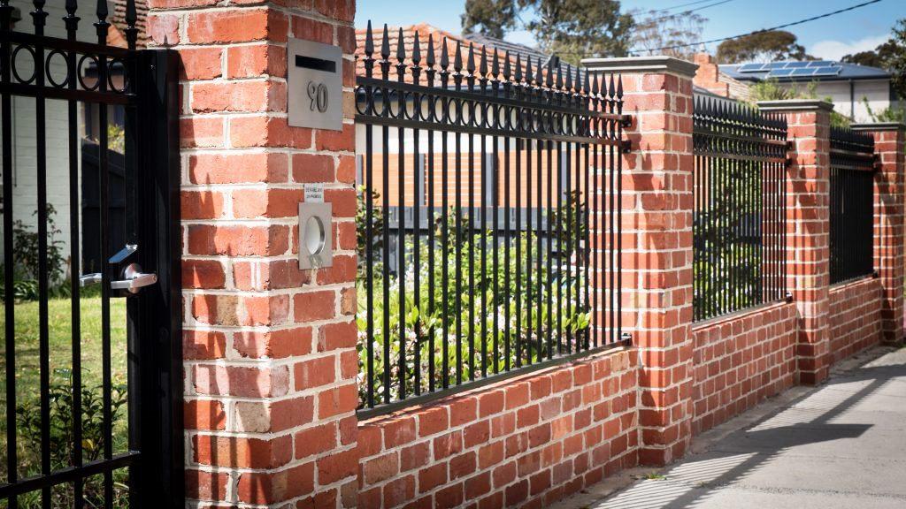 Кирпичный забор: виды и варианты постройки надежного забора и его применение в ландшафтном дизайне (125 фото)