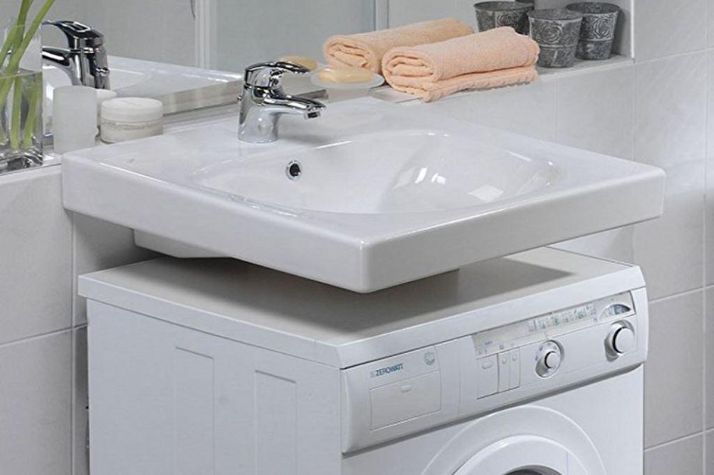раковина на стиральной машине в ванной