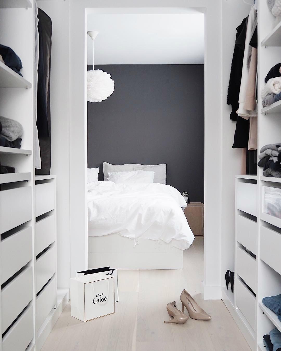 Угловой шкаф-купе в современную спальню: от маленьких до больших. каким может быть его наполнение?