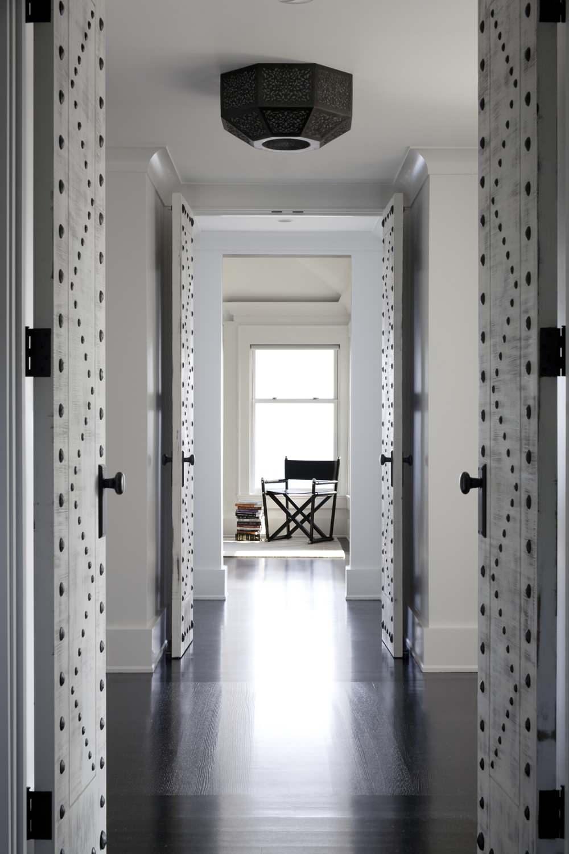 Как можно декорировать входную или межкомнатную дверь своими руками фото и видео