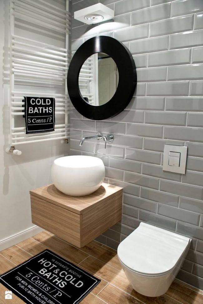 Интерьер совмещенной с туалетом ванной комнаты во всех деталях