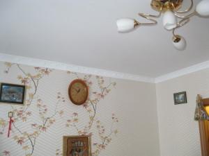 что вперед обои или натяжной потолок