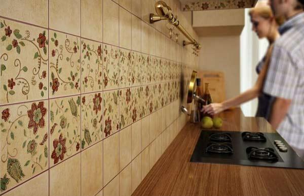 Как положить плитку на пол в кухне? 22 фото как правильно уложить ее на деревянный пол своими руками? варианты раскладки напольной плитки