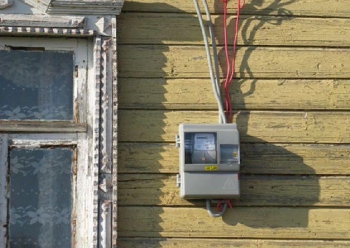 Электросчетчик на столбе с пультом обмануть