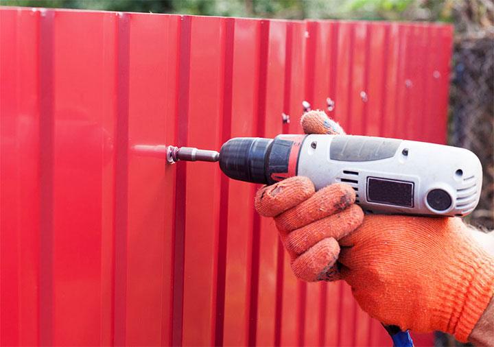 Монтаж забора из металлопрофиля своими руками – расчёт материалов и пошаговая инструкция по сооружению
