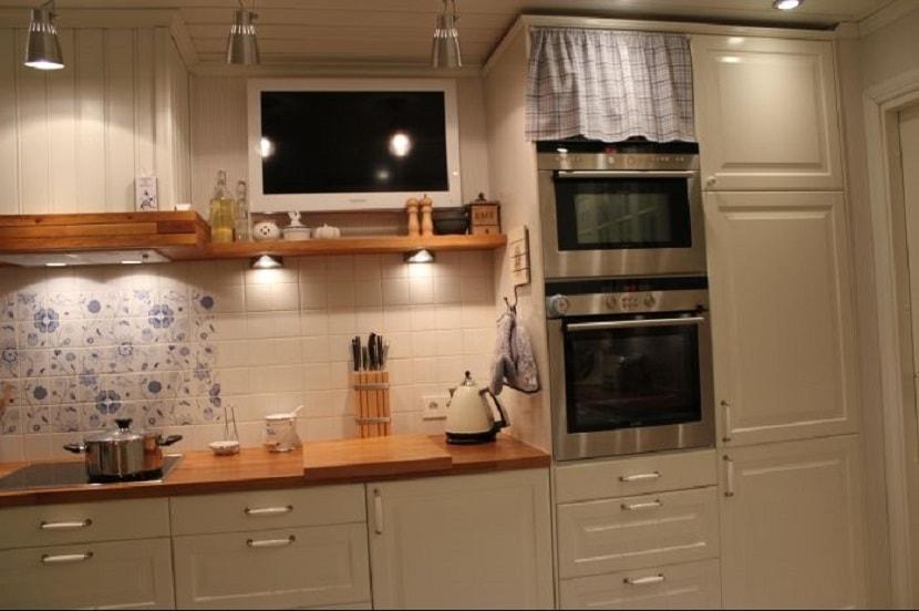 Дизайн кухни с телевизором: 3 совета + фото