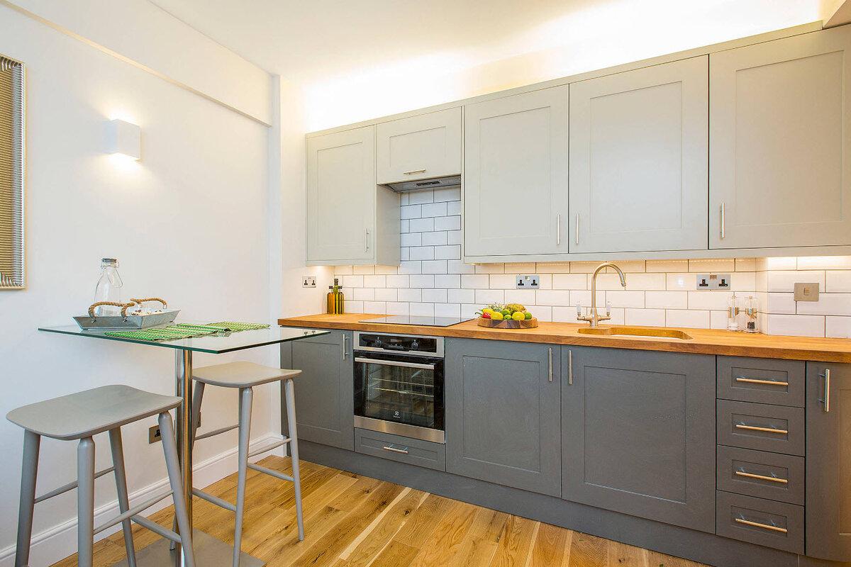 Прямая кухня (61 фото): обзор линейных кухонных гарнитуров в современном и классическом дизайне, проекты кухонь с пеналом в одну линию