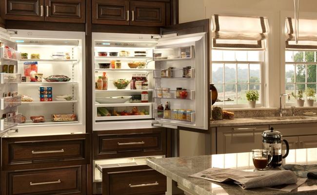 Можно ли встроить обычный холодильник в шкаф