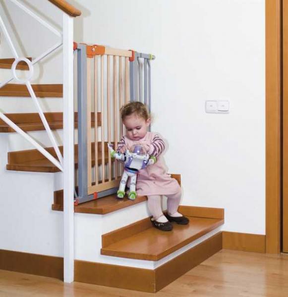 Ворота безопасности для детей на лестницу (выбор и монтаж)