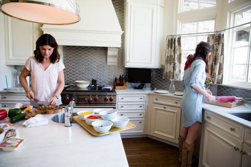 Белая кухня с деревянной столешницей: 60 современных фото и вариантов дизайна