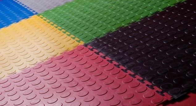 Укладка покрытий из резиновой крошки: бесшовного и рулонного, технология на детской площадке