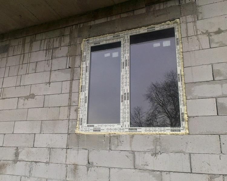 Оформление окна в современном стиле: фото в гостиной, спальне и кухне
