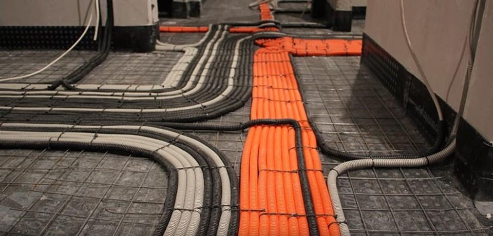 Подбираем схему проводки в доме: по полу или потолку?