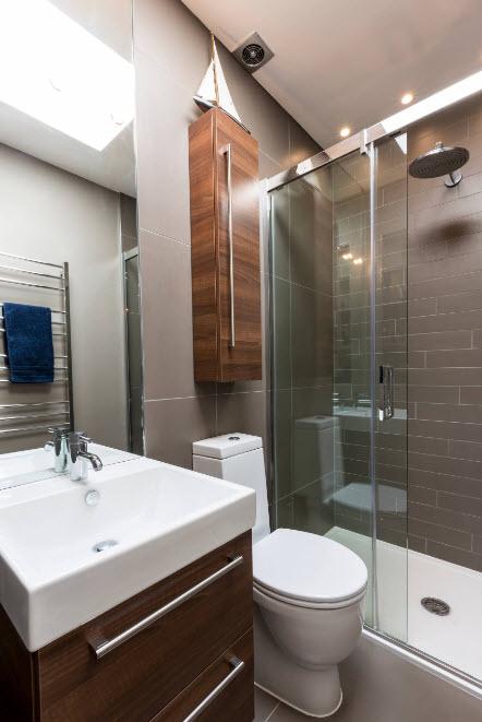 7 вариантов отделки стены в ванной комнате кроме плитки: 50 фото