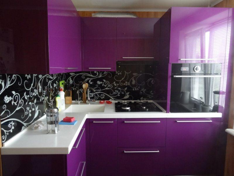 Фиолетовая кухня: дизайн гарнитура, отделка помещения, фото в интерьере
