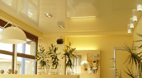 Натяжные потолки, комбинированные из двух цветов