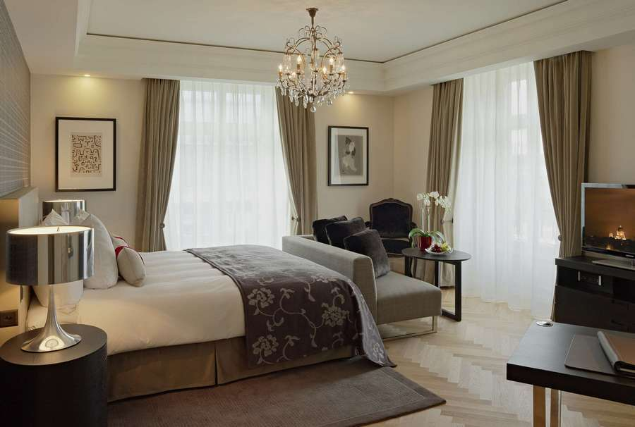 Спальня с двумя окнами: дизайн интерьера +75 фото идей