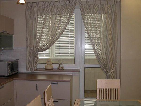 как оформить кухонное окно с балконной дверью