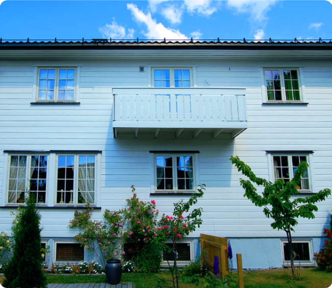 Остекление балкона деревянными рамами, преимущества и особенности